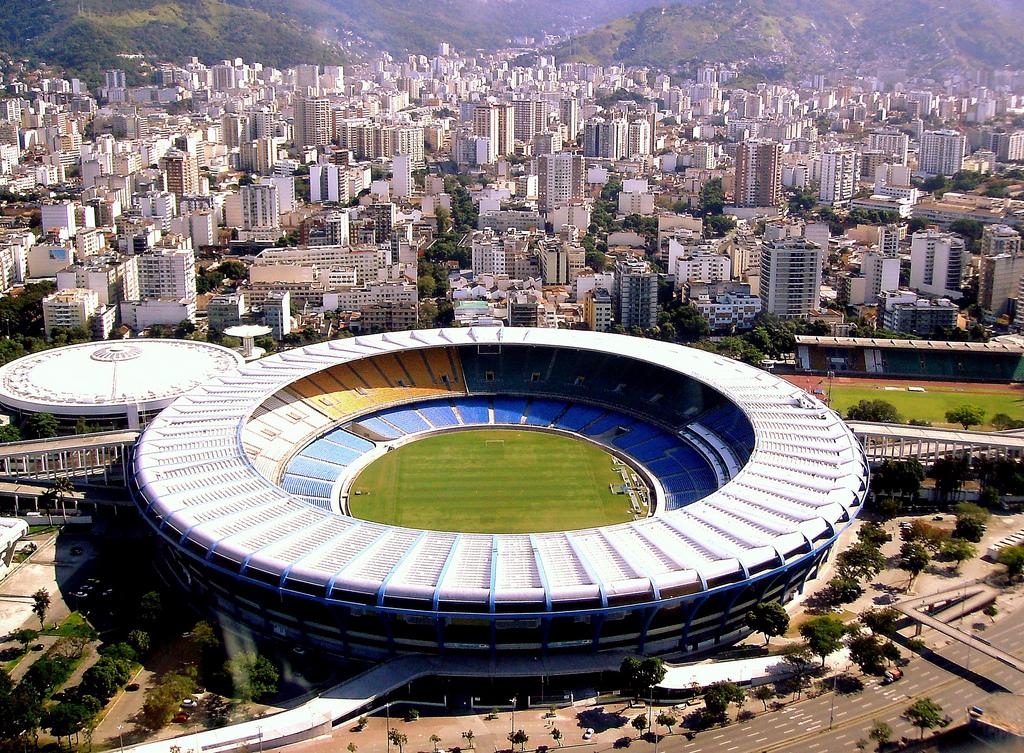 Maracana: Fútbol es lejos el deporte más importante de Brasil y el Estadio Maracaná es uno de los monumentos más importantes de Río de Janeiro. Una vez fue el estadio de mayor capacidad del mundo, capaz de mantener cerca de 200.000 personas cuando se inauguró en 1950. En los tiempos modernos, la capacidad se ha reducido debido a consideraciones de seguridad, y la introducción de asientos para todos los aficionados. Fue parcialmente reconstruida en preparación para la Copa del Mundo de 2014 y en la actualidad es capaz de albergar 80.000 espectadores haciendolo el estadio más grande de América del Sur.